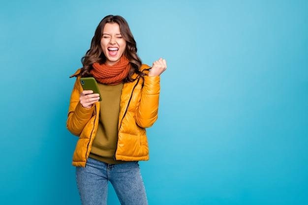 Verrückte dame mit telefon erstaunt faust heben Premium Fotos