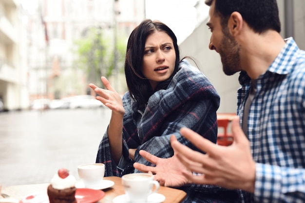 Verrückte ehepartner, die im café im freien streiten. Premium Fotos