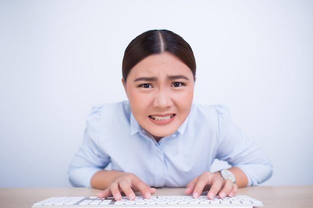 Verrückte frau mit den händen auf tastatur Premium Fotos