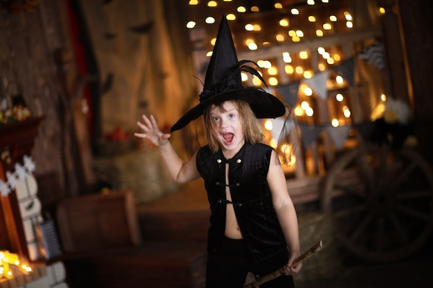 Verrückte mädchenhexe mit besen. kindheit halloween Premium Fotos