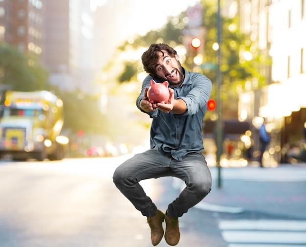 Verrückter junger mann springt. glücklichen ausdruck Kostenlose Fotos