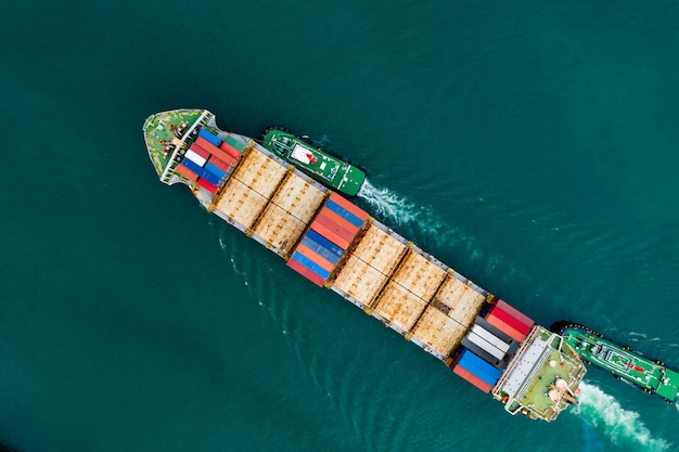 Versandfrachtcontainertransport auf der grünen seevogelperspektive Premium Fotos