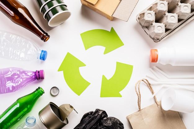 Verschiedene abfallmaterialien mit der wiederverwertung des symbols. bereiten sie, umweltkonzept auf Premium Fotos