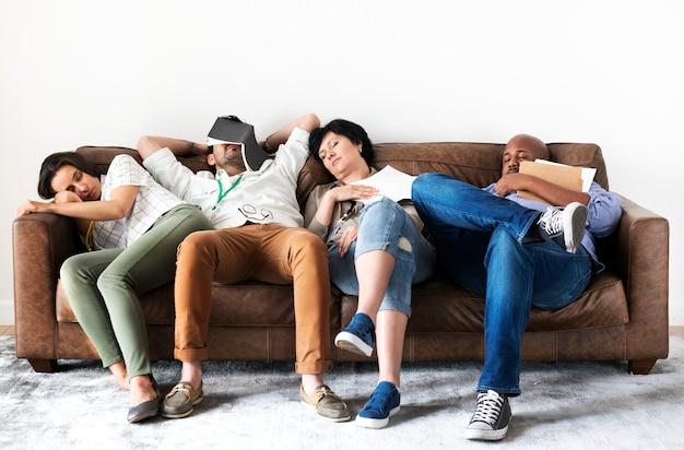 Verschiedene arbeiter ruhen auf couch Premium Fotos