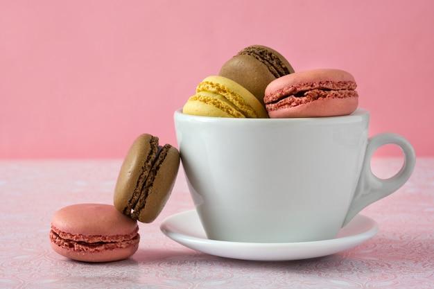 Verschiedene aromen von macarons auf einer tasse Premium Fotos