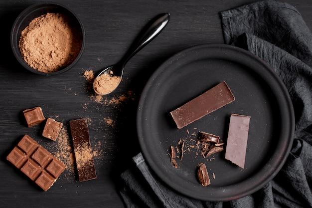 Verschiedene arten der dunklen schokolade auf tischplatteansicht Kostenlose Fotos