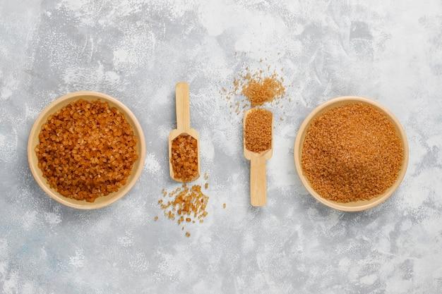 Verschiedene arten des braunen zuckers auf konkreter, draufsicht Kostenlose Fotos