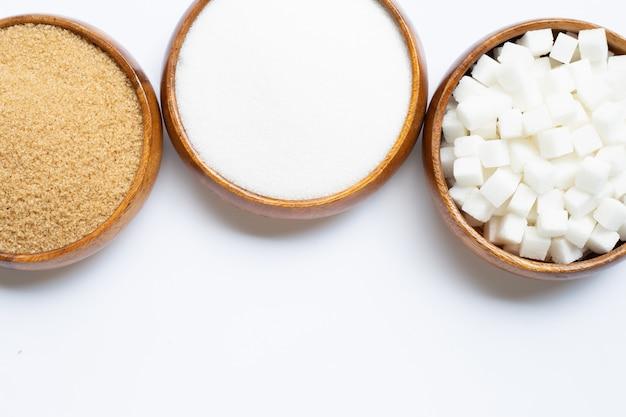 Verschiedene arten des zuckers auf weiß Premium Fotos