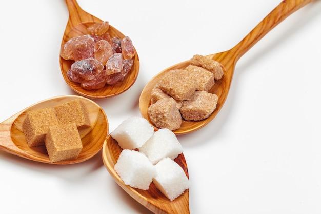 Verschiedene arten des zuckers in den löffeln schließen oben Premium Fotos