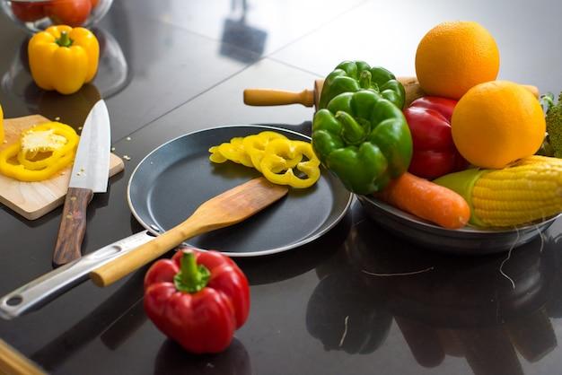 Verschiedene arten von gemüse auf dem tisch Premium Fotos