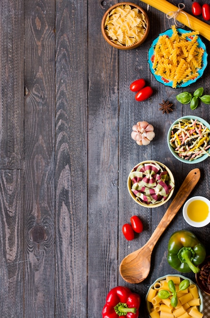 Verschiedene arten von teigwaren mit verschiedenen arten des gemüse-, gesundheits- oder vegetarierkonzeptes, draufsicht Premium Fotos