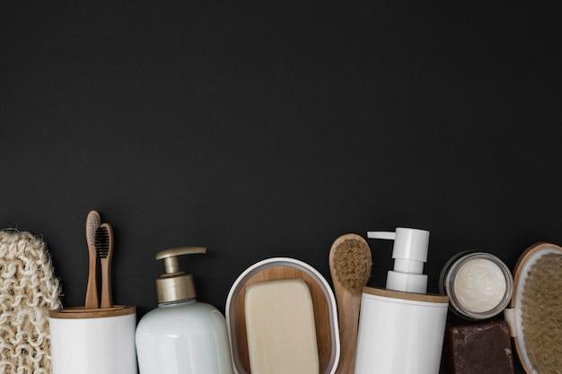 Verschiedene badekurortprodukte an der unterseite des schwarzen hintergrundes Kostenlose Fotos
