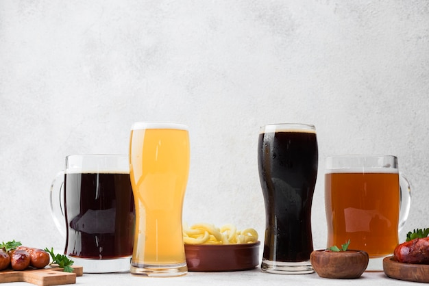 Verschiedene biersorten und speisen Premium Fotos