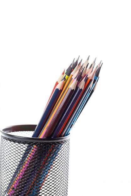 Verschiedene bleistifte färbten graphit und zeichnung innerhalb des schwarzen korbs auf weißer wand Kostenlose Fotos