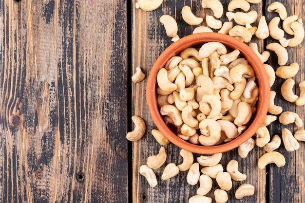 Verschiedene cashewnüsse auf holztisch, draufsicht. Kostenlose Fotos