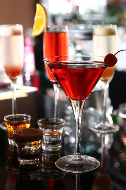 Verschiedene cocktails an der bar Kostenlose Fotos