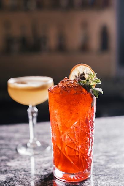 Verschiedene cocktails in einer bar Kostenlose Fotos