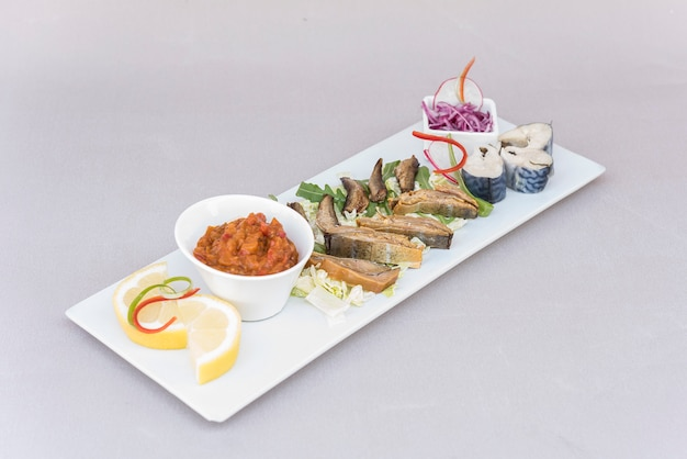 Verschiedene fischarten, geräuchert und mariniert, mit frischem salat, gemüsesalat, zwiebelsalat Premium Fotos