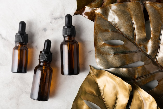 Verschiedene flaschen für hautpflegeöle auf marmorhintergrund Kostenlose Fotos