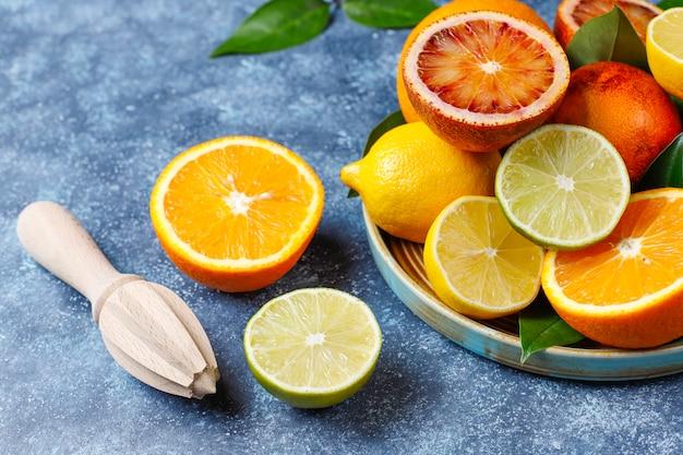 Verschiedene frische zitrusfrüchte Kostenlose Fotos