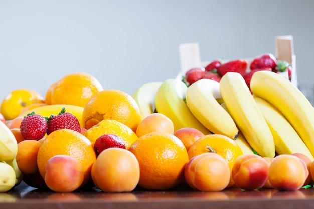 Verschiedene früchte am tisch in der küche Kostenlose Fotos