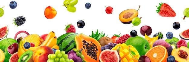 Verschiedene früchte auf weißem hintergrund mit kopienraum Premium Fotos