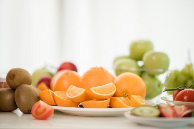 Verschiedene früchte, gesundheitspflege und gesundes konzept essend Kostenlose Fotos