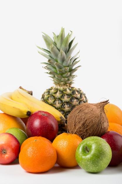Verschiedene früchte reifen saftigen ganzen isoliert auf einem weißen boden Kostenlose Fotos