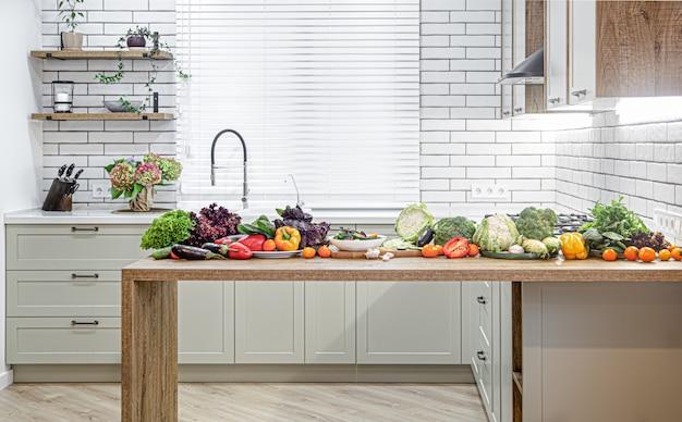 Verschiedene gemüsesorten auf einem holztisch vor dem hintergrund eines modernen kücheninnenraums. Kostenlose Fotos