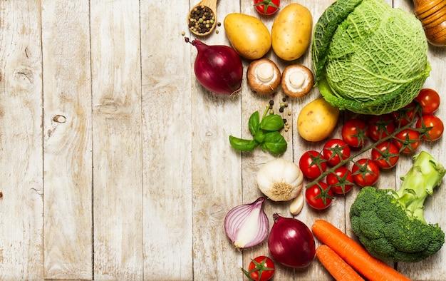 Verschiedene Gemüse auf einem Holztisch Premium Fotos