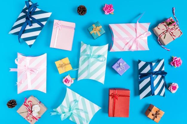 Verschiedene geschenkboxen auf blau Premium Fotos