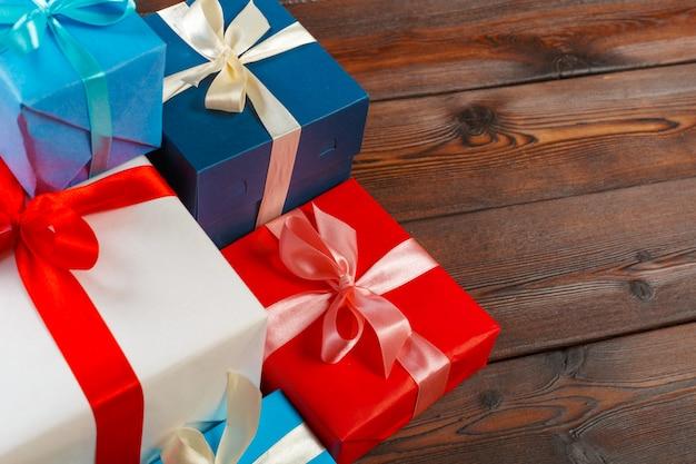 Verschiedene geschenkboxen auf holztisch, draufsicht Premium Fotos