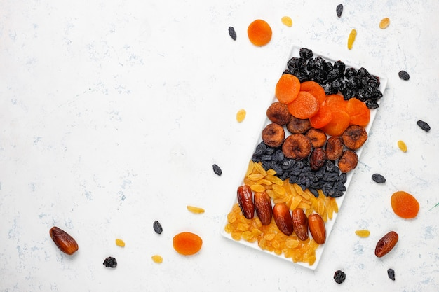 Verschiedene getrocknete früchte, datteln, pflaumen, rosinen, feigen Kostenlose Fotos