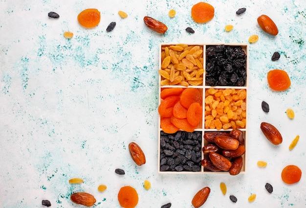 Verschiedene getrocknete früchte, datteln, pflaumen, rosinen und feigen Kostenlose Fotos