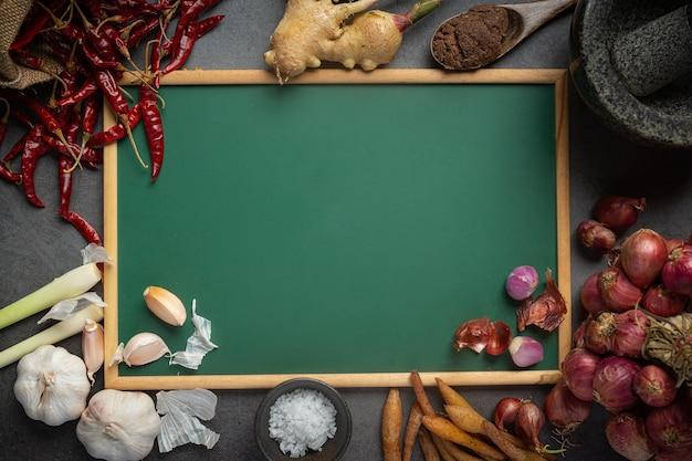 Verschiedene gewürze und kräuter zum kochen auf schwarz Kostenlose Fotos