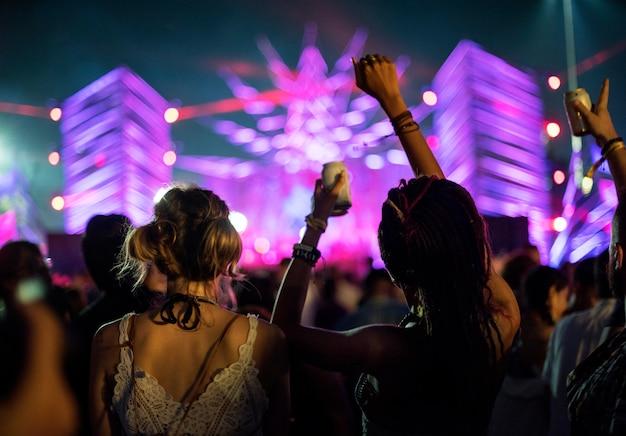 Verschiedene gruppe von menschen, die eine autoreise und ein festival genießen Premium Fotos