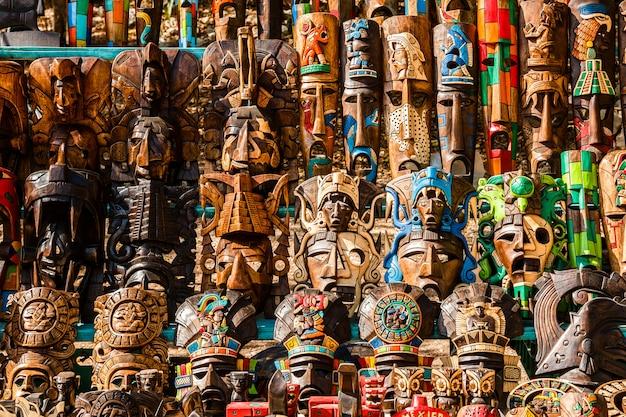 Verschiedene hölzerne andenken am lokalen mexikanischen markt Premium Fotos