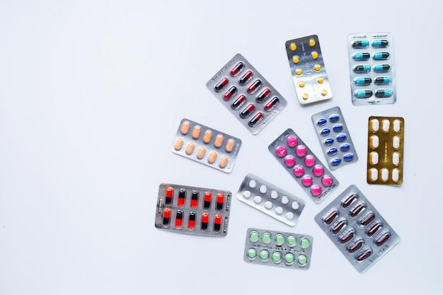 Verschiedene kapselmedizin, -pillen und -tabletten in der blisterpackung auf weiß Premium Fotos