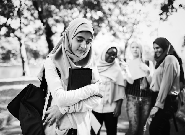 Verschiedene kinder, die im freien studieren Kostenlose Fotos