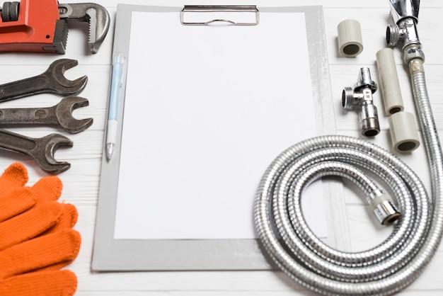 Verschiedene klempnerwerkzeuge und -papier Kostenlose Fotos