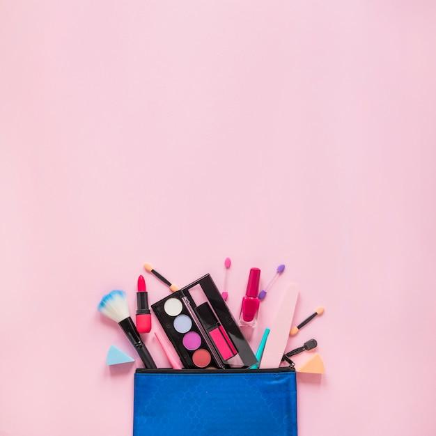 Verschiedene kosmetika aus der kosmetiktasche verstreut Kostenlose Fotos