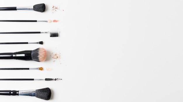 Verschiedene kosmetikpinsel angeordnet auf weißem hintergrund Kostenlose Fotos