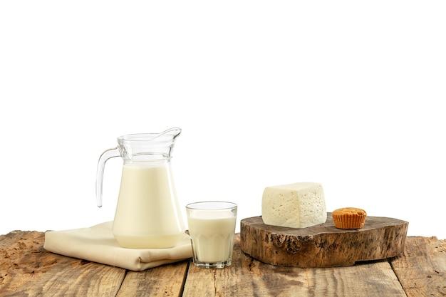 Verschiedene milchprodukte, käse, sahne, milch auf holztisch und weiße wand. gesunde ernährung und lebensweise, natürliche bio-ernährung, ernährung. leckeres essen und trinken. Kostenlose Fotos