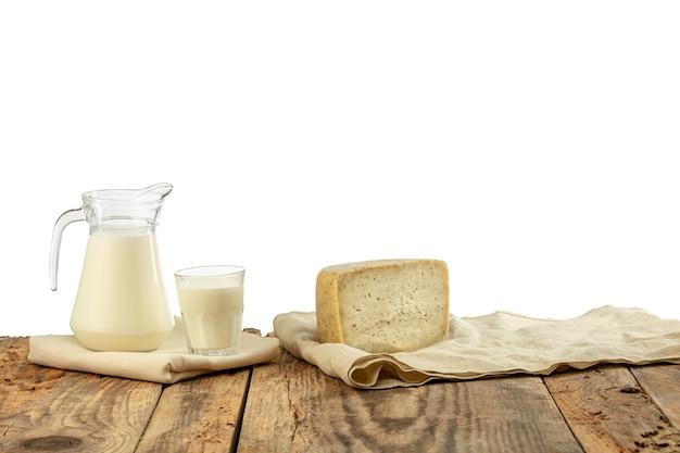 Verschiedene milchprodukte, käse, sahne, milch auf holztisch Kostenlose Fotos