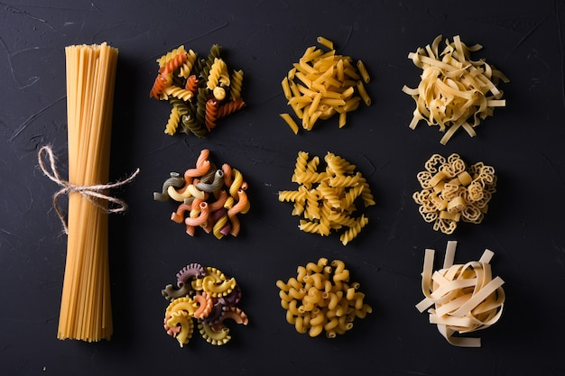 Verschiedene nudeln. kochen ansicht von oben Premium Fotos