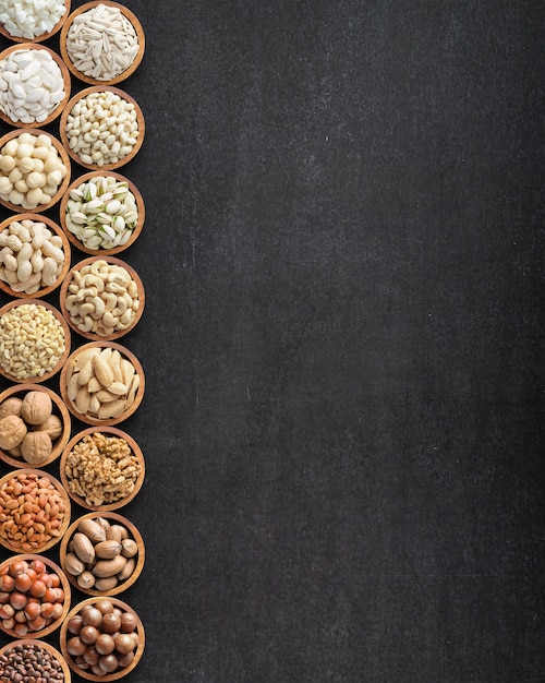 Verschiedene nüsse in holzschalen Premium Fotos
