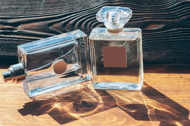 Verschiedene parfümflaschen auf dem holz Premium Fotos