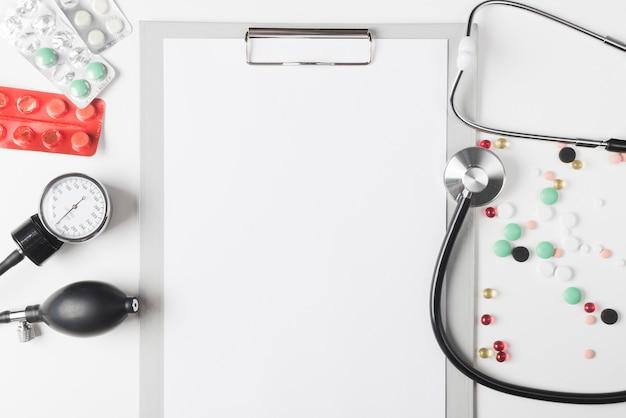 Verschiedene pillen und ausrüstung am papier Kostenlose Fotos