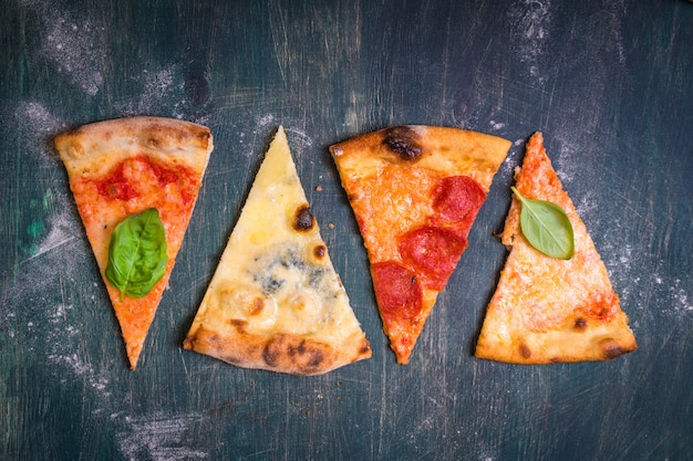Verschiedene pizzastücke Premium Fotos