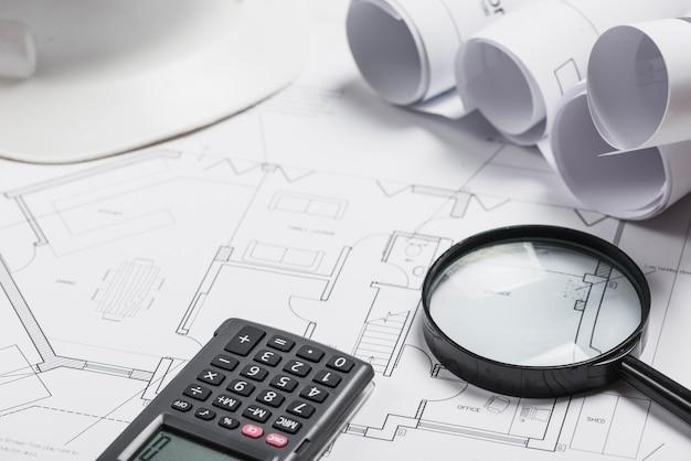 Verschiedene Pläne Und Zubehör Auf Bürotisch Kostenlose Fotos